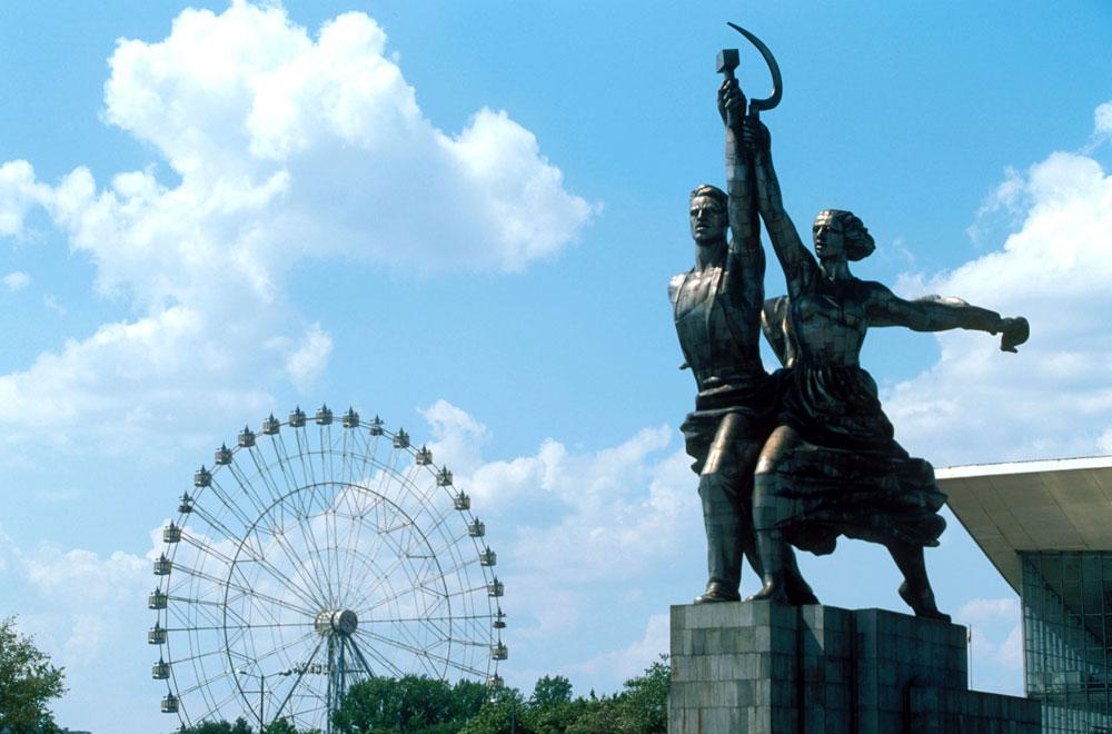 Kolo, ki so ga zgradili leta 1995 ob 850. obletnici ruske prestolnice, je sodobna moskovska znamenitost in ena od redkih stvaritev iz kriznih devetdesetih let. S svojimi 73 metri je bilo to do leta 1999 največje panoramsko kolo v Evropi. / Na sliki: Moskva-850 za znamenitim kipom delavca in kolhoznice.
