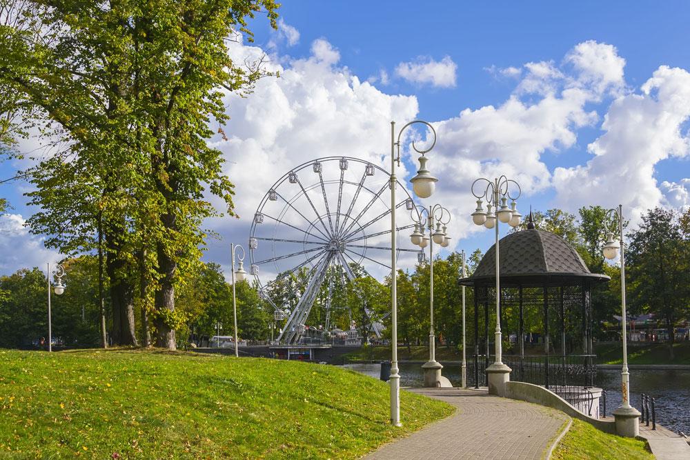 Zabaviščni parki v sovjetskem slogu še danes pomembno oblikujejo urbano podobo številnih ruskih mest. Toda stare konstrukcije pogosto nadomeščajo novejše in bolj sofisticirane različice. / Na sliki: Panoramsko kolo v najbolj zahodnem ruskem mestu Kaliningrad.