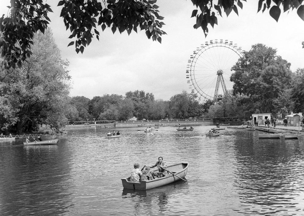 Čeprav so si panoramska kolesa izposodili pri ideoloških nasprotnikih iz Združenih držav Amerike, se je koncept razširil po vsej Sovjetski zvezi. Skoraj vsako veliko mesto v državi je imelo svojega, navadno v glavnem parku. Na sliki: Park Gorki v Moskvi, junij 1984.