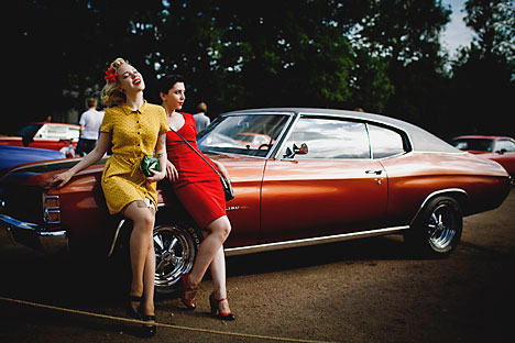 A muscle car show in St. Petersburg unites fans of American retro cars and pin-up models.