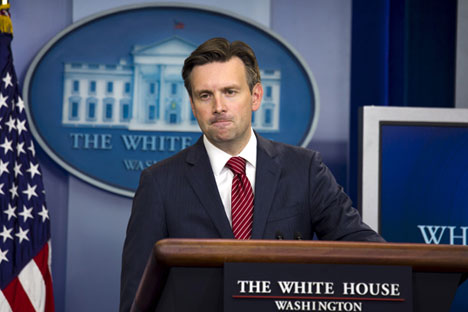 White House spokesman Josh Earnest speaks to reporters from the briefing room of the White House in Washington October 1, 2015
