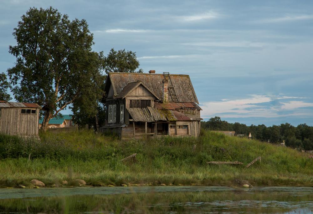 修道士の移住は急速に進み、1460年までには木造教会3ヶ所、イズバ(ログハウス)、食堂を建設した。16世紀、修道士は漁業と製塩業を始め、湖の間に運河を掘った。