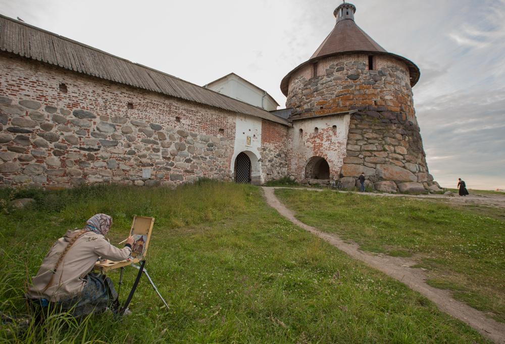木造教会は石造りに変わり、本土との水上連絡が築かれた。イワン雷帝時代の修道院長フィリップの努力により、修道院は本土でも土地を所有するようになり、白海の最大の地主になっていく。
