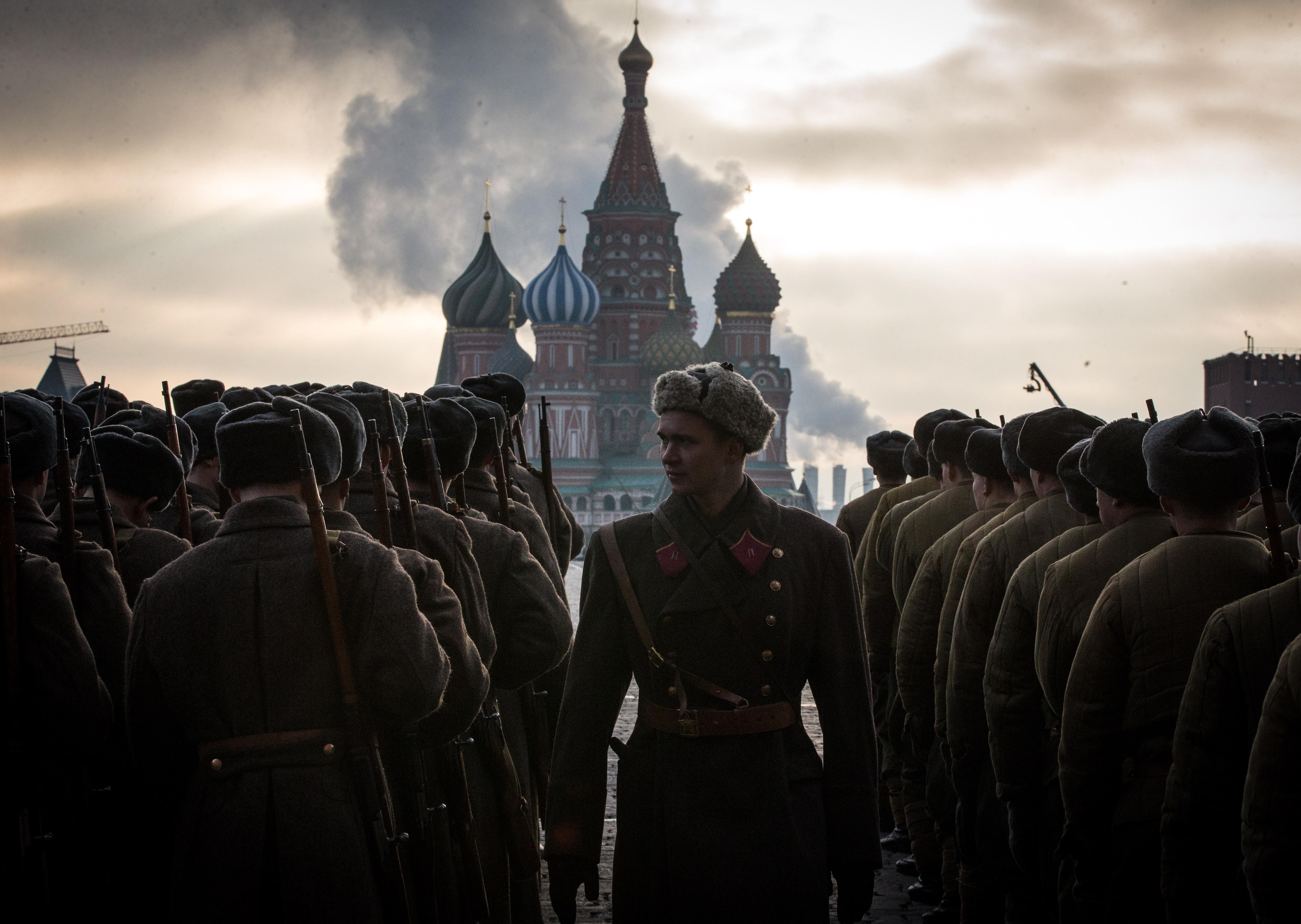 Военнослужещи на марша, посветен на 74-та годишнина от парада на 7 ноември 1941 г. По време на Втората световна война парадът има огромно морално значение за войниците, много от участниците в него заминават за фронта направо от Червения площад.