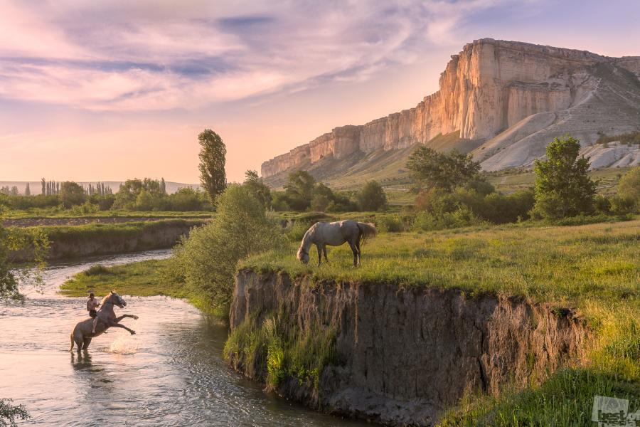Am Berg Belaja. Eine Familie züchtet Pferde am Fuße des Bergs Belaja in der Steppe der Halbinsel Krim.