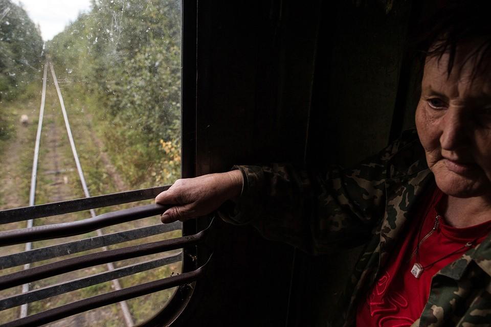 Вера Николаевна преди работела в екипа за поддръжка на жп линията. Сега е пенсионер. Пътува с влак до гората, за да събира гъби и горски плодове.