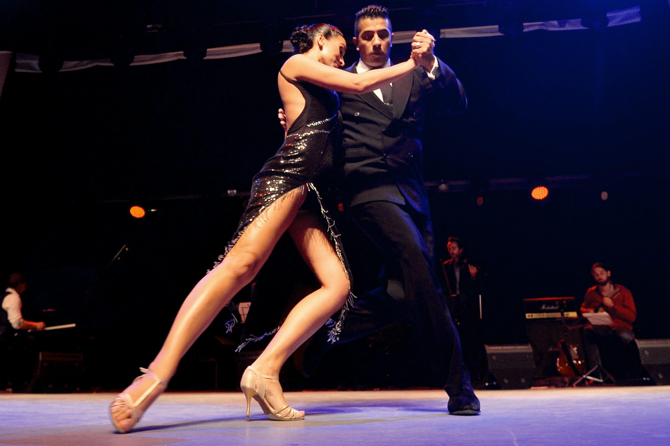 Zwei Tänzer präsentieren sich beim ersten internationalen Tango-Festival in Kasan.