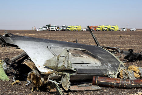 The remains of a Russian airliner are seen at the crash site as rescue crews wait in the al-Hasanah area in El Arish city, north Egypt, November 1, 2015.