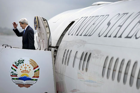 U.S. Secretary of State John Kerry waves as he boards his plane at Dushanbe Airport,  Nov. 3, 2015.