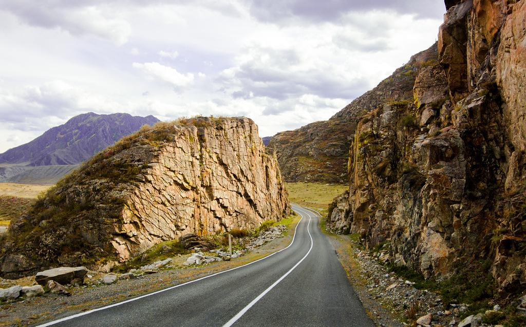 およそ1,000キロにわたって曲がりくねった道路が続くチュイスキー・トラクトは、ノヴォシビルスク (モスクワから2,812キロ) を出発点として、アルタイ地方、アルタイ共和国へと伸び、そこからロシアとモンゴルの国境に向かって南下する。