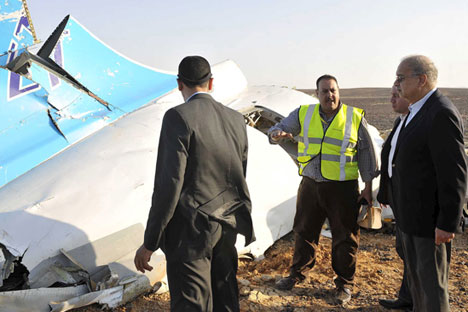 Egypt's Prime Minister Sherif Ismail (R) listens to rescue workers as he looks at the remains of a Russian airliner after it crashed in Sinai on Oct. 31, 2015.