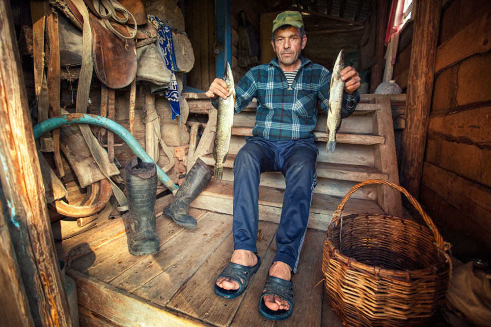 """Локалните жители сами ги произведувале неопходните работи за домаќинството. Правеле чизми и чевли, плетеле корпи и шиеле ленена облека, везеле кошули и шапки. Освен тоа, правеле и корита, буриња и садови. Произведувале катран, вареле компот од црвени офинки, се занимавале со риболов и печеле колачи познати како """"суљчини""""."""