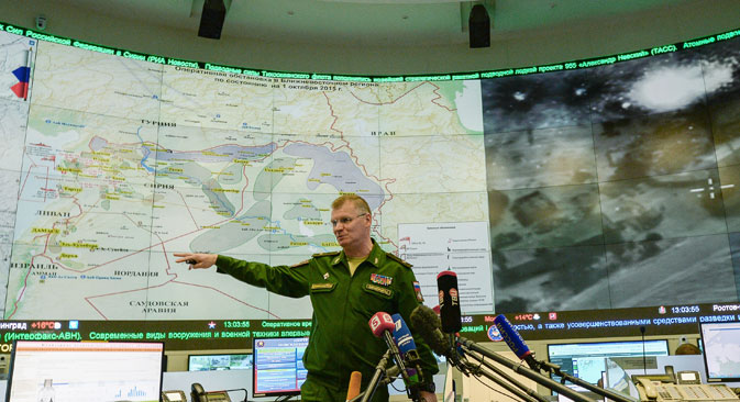 Порт-паролот на Министерството за одбрана генерал-мајор Игор Конашенков на брифинг со новинарите во Националниот одбранбен центар во Москва.