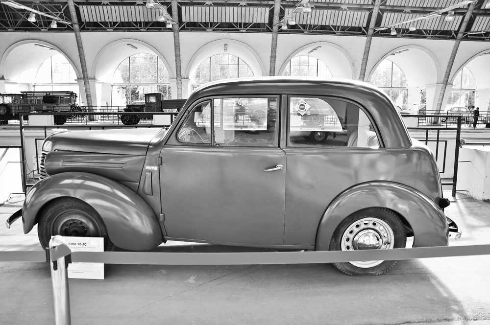 In 1939 the factory produced its first compact car, the KIM-10, solely from home-made parts. This car is now a rarity, since the plant managed to assemble just 450 units before the Nazi invasion in June 1941.