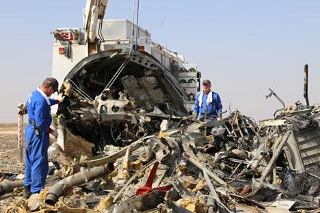 Gambar yang dibuat pada 2 November 2015 dan dipublikasikan pada 3 November 2015 oleh Kementerian Penanggulangan Bencana menunjukkan tim penyelamat Rusia beroperasi di tempat jatuhnya pesawat A321 milik Rusia di Wadi al-Zolomat, wilayah pegunungan yang terletak di Semenanjung Sinai, Mesir. Maskapai Kogalymavia jatuh selama penerbangan dari Sharm el-Sheikh ke Sankt Peterburg pada 31 Oktober 2015, dan mengakibatnya 224 orang tewas yang kebanyakan dari mereka adalah para wisatawan Rusia.