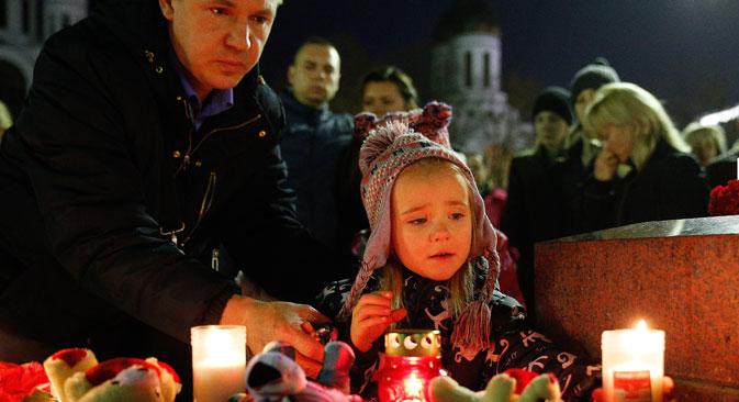 Les gens rendent hommage aux victimes du crash d'un Airbus russe dans le Sinaï le 31 octobre 2015.