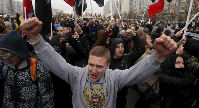"""Die Parole """"Schmore in der Hölle, Donezker Volksrepublik!"""" aus dem Vorjahr wurde in diesem Jahr durch """"Schmore in der Flamme, IS!"""" ersetzt."""