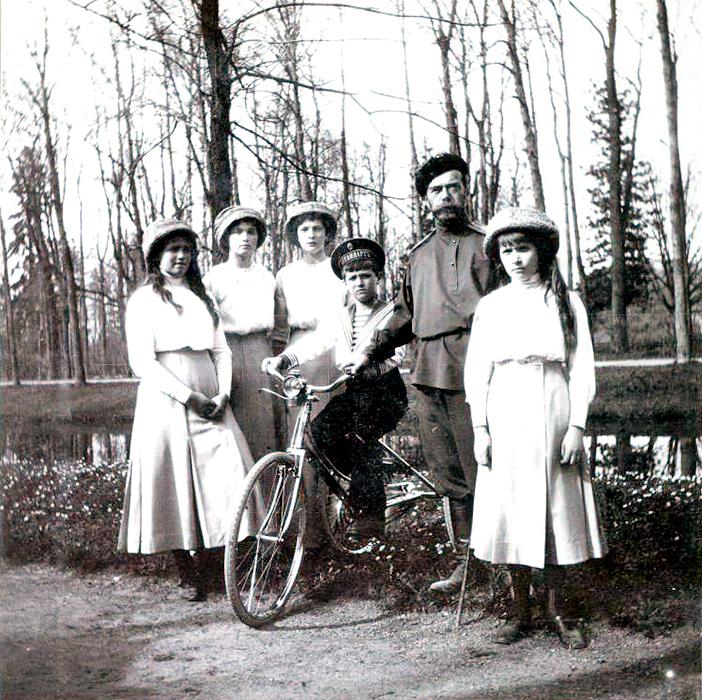 以下の写真は、華麗さや儀式とは無縁のロマノフ家の家庭生活を示している。/ ニコライ2世と子供たち。庭園で撮影した家族写真。