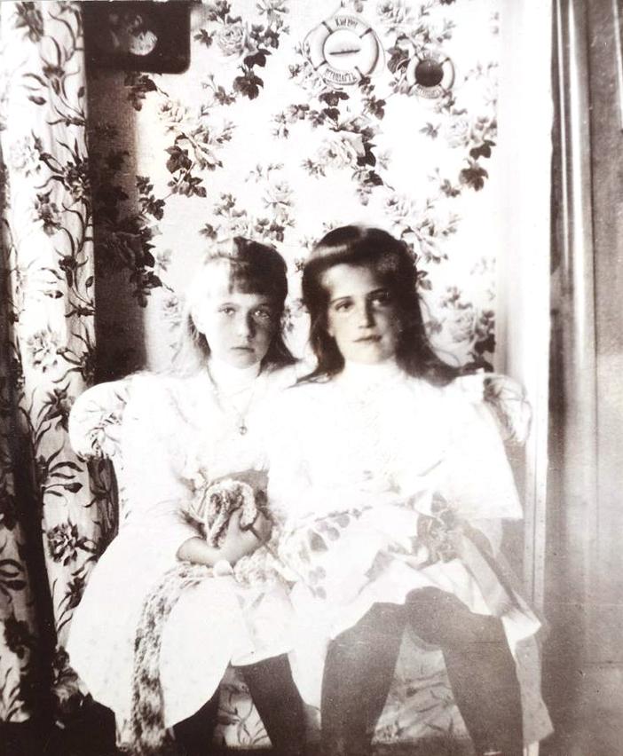 ロシア最後の皇帝とその一家のきわめて稀で私的な写真が残されている。これらは皇后の女官だったアンナ・ ヴィルボヴァが撮影したものだ。/ アナスタシア大公妃とマリア大公妃。
