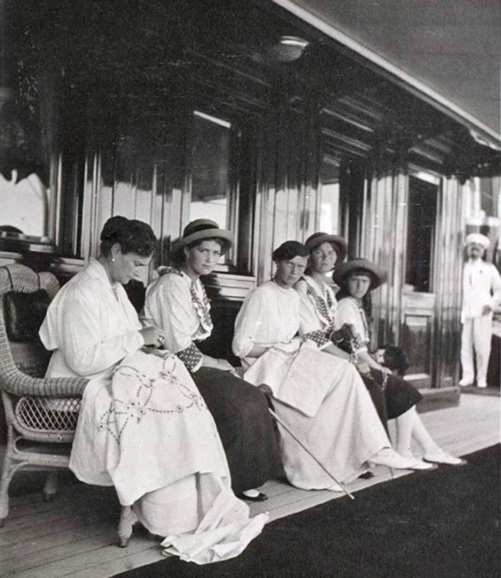 4人の娘と1人の息子の子息たちは、共に皇帝家の宮殿で育てられ、教育を受けた。/ 娘たちに囲まれた皇后。