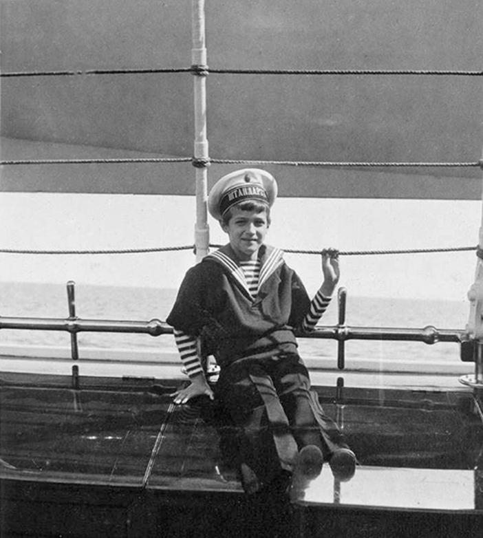 """Die meiste Zeit über lebten Nikolaus II und seine Familie im Alexanderpalast in Zarskoe selo oder im Schloss Peterhof. Den Sommer verbrachten sie im Liwadija-Palast, ihrer Krim-Residenz. Zudem erholte die Familie sich jedes Jahr auf ihrer Jacht """"Standard"""". Bis zu zwei Wochen am Stück segelten sie entlang des Finnischen Meerbusens und in der Ostsee. // Kronprinz Alexej."""