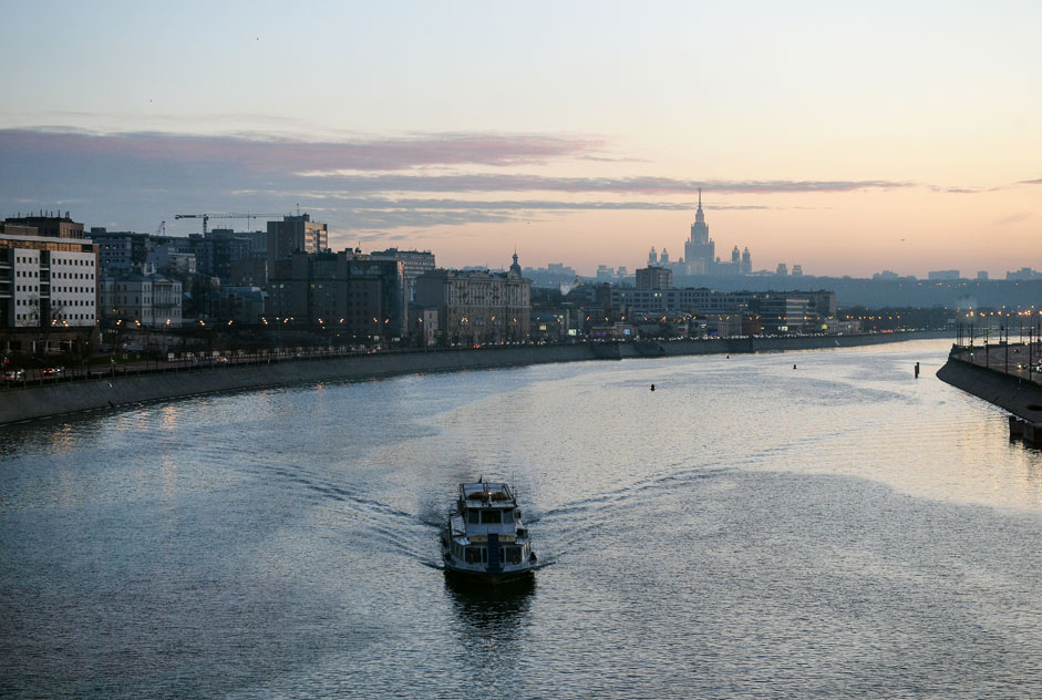The ship sails along the Moscow River.