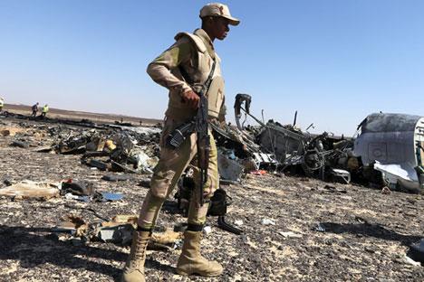 Tentara Mesir menjaga puing-puing Airbus Rusia di lokasi jatuhnya pesawat di wilayah Hassana, kota Arish, Mesir (1/11).