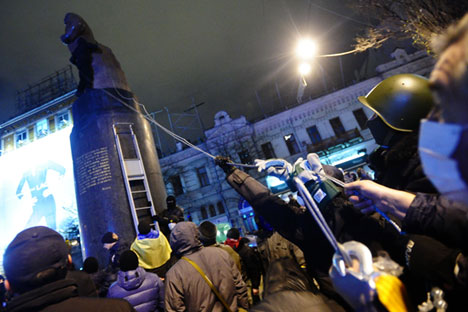 Protesters try to dismantle a statue of Lenin in Bessarabska Square. Kiev. Dec.2, 2013.