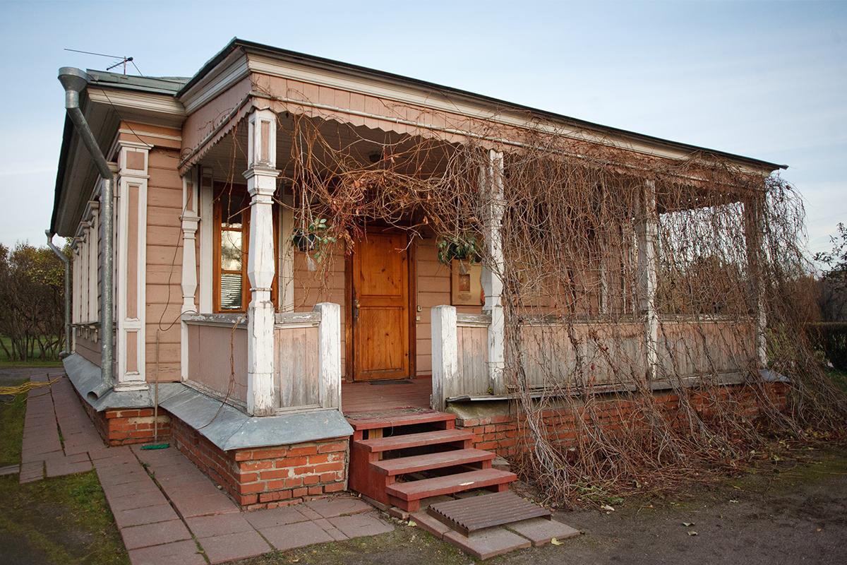 Terdapat sekitar 500 rumah kayu di Moskow. Tiap rumah memiliki sejarah dan keunikan arsitektur tersendiri. Rumah kayu berdampingan dengan bangunan apartemen menjulang yang tersebar di berbagai sudut Moskow. Kami menyajikan sepuluh rumah terbaik di antaranya. / Rumah di Jalan Novozavodskaya No. 6.