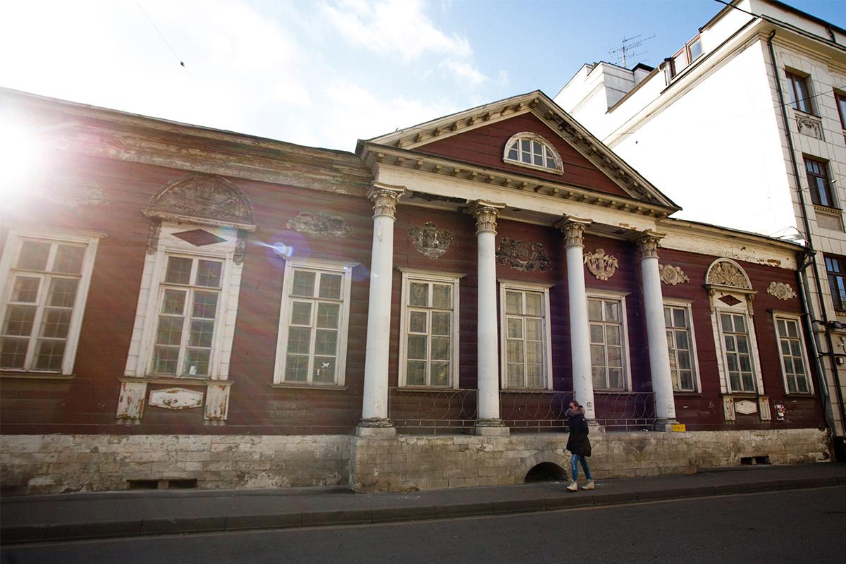 Poznata drvena palača u ulici Sutinskij pereulok. Kuća je napravljena u 19. stoljeću. Ima jako bogato ukrašene stubove.