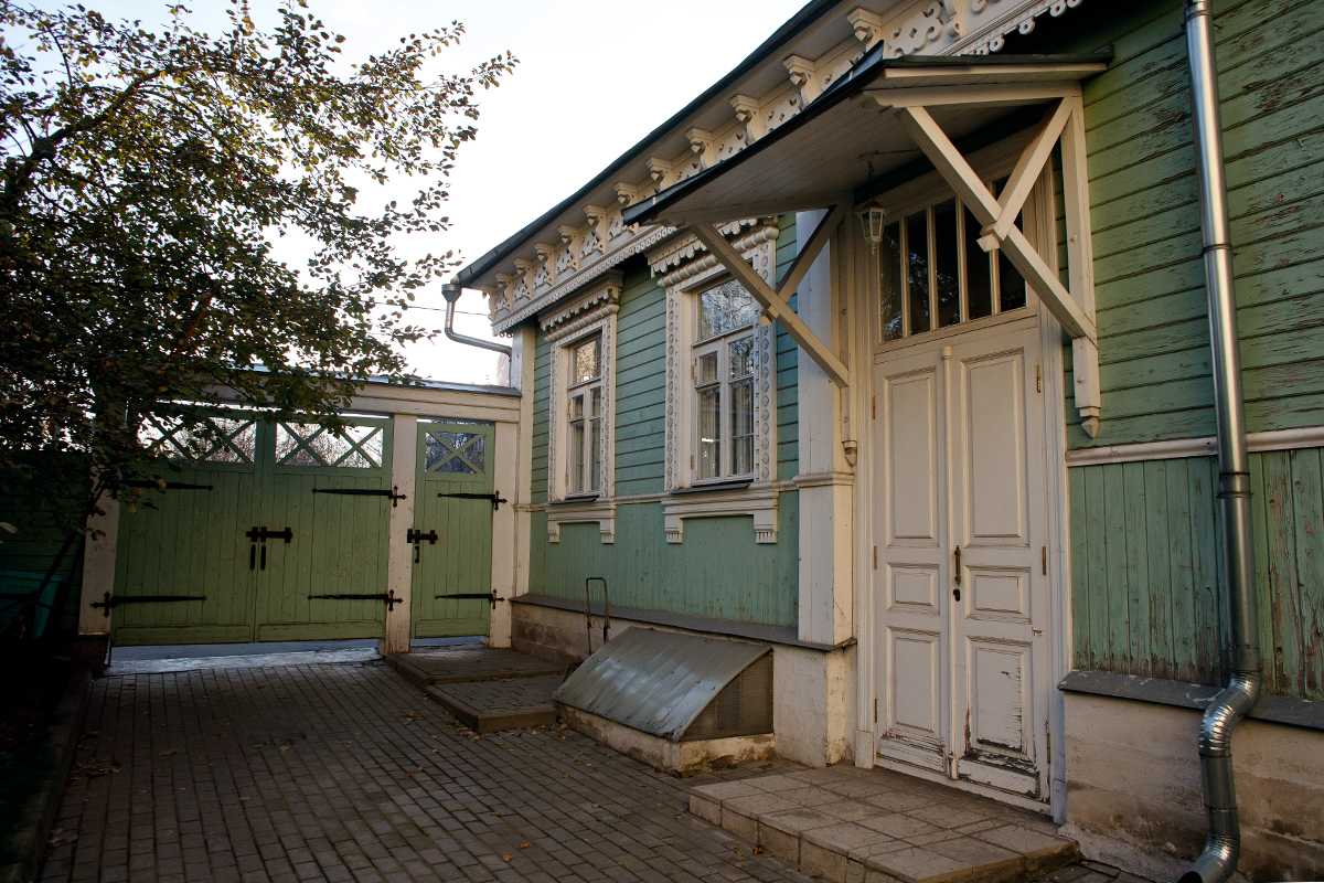 4 Bolshoy Predtechenskiy Lane. A green house with windows decorated with white wooden nalichniks (traditional hand-carved wooden window frames). It is situated on the territory of the Presnya Historical Memorial Museum, devoted to modern Russian history.