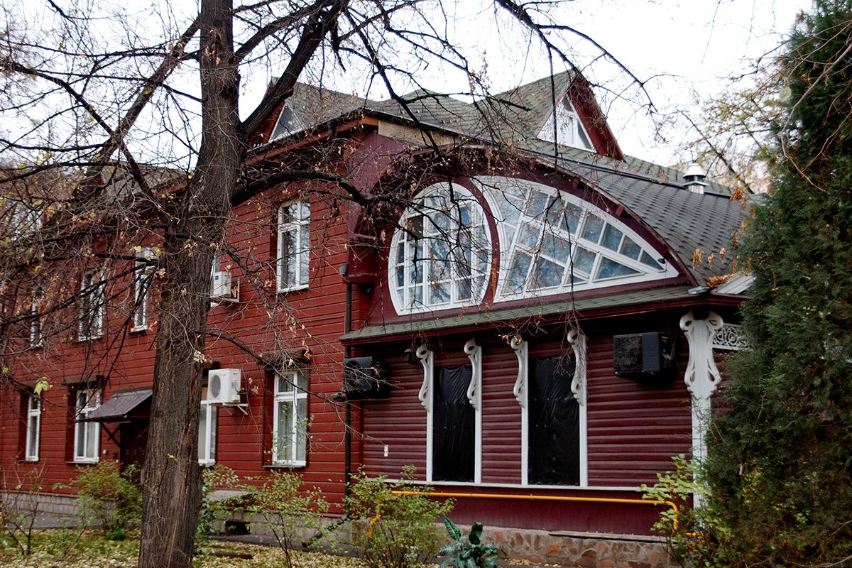 Rumah kayu sederhana yang direkonstruksi dengan sentuhan gaya modern di  Jalan Pervy Kazachiy No. 8/1.