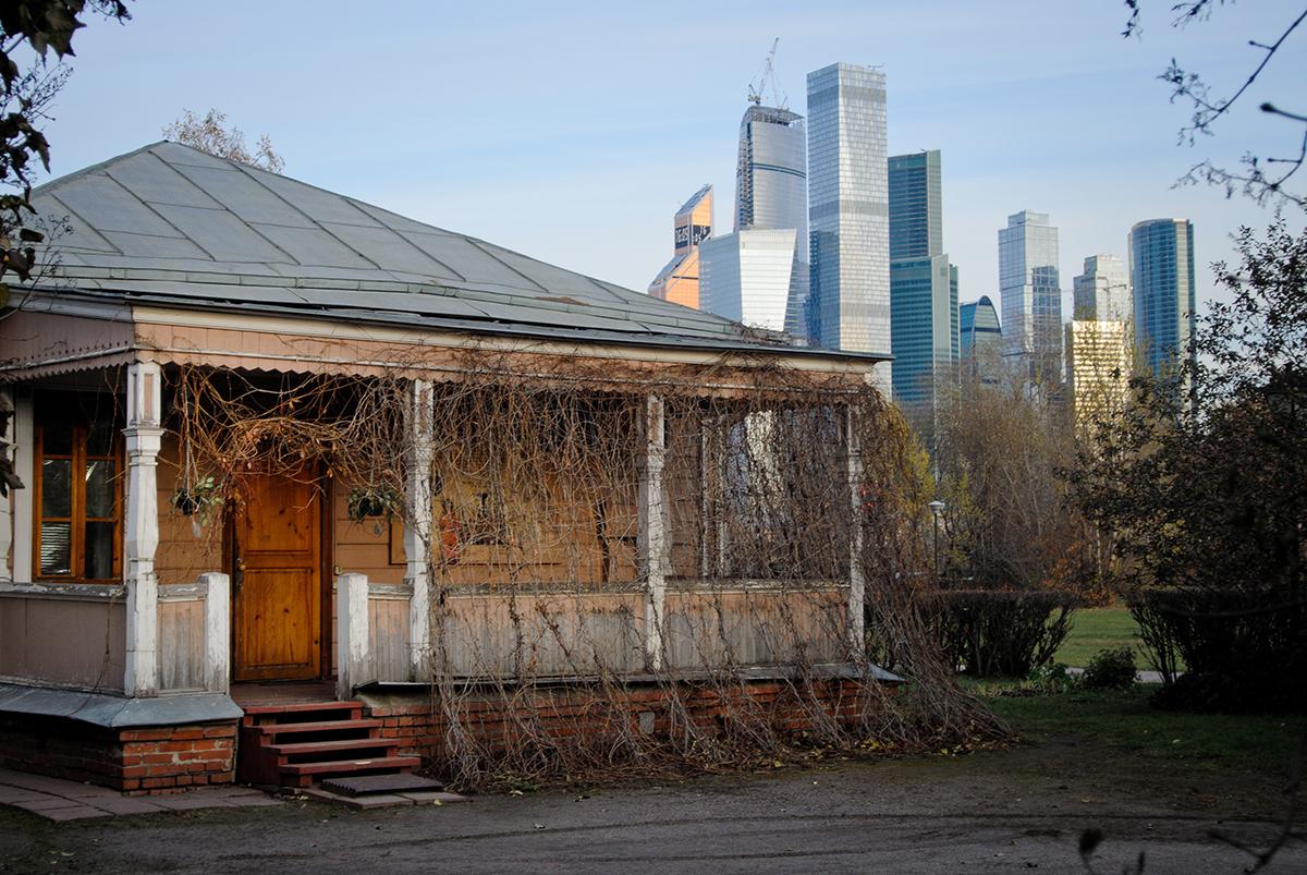 Jalan Novozavodskaya No. 6. Rumah kayu yang berdiri di wilayah Gereja Syafaat (Church of the Intercession) di Fili. Ia terlihat berbeda di depan para pencakar langit Kota Moskow.