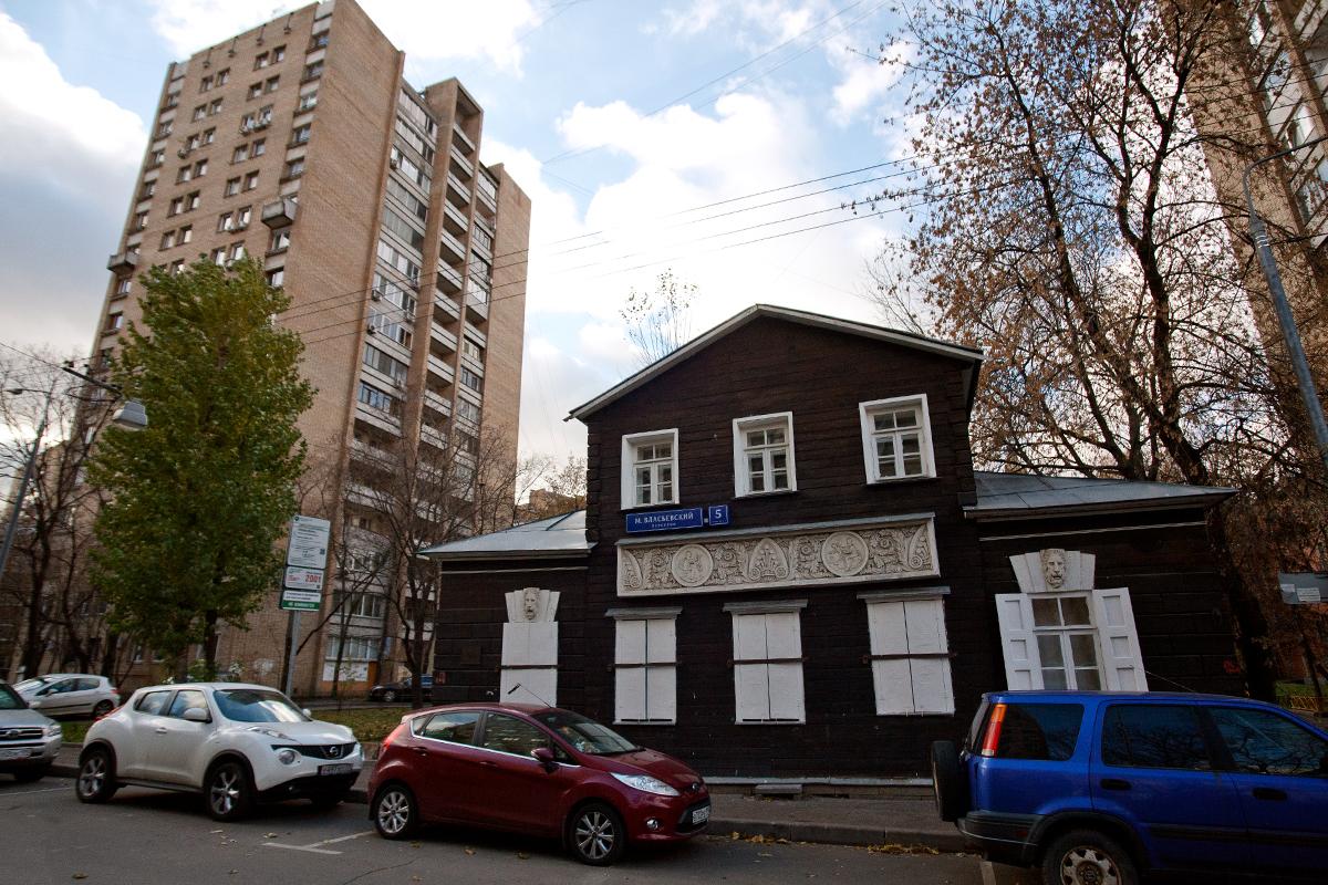 Kuća u Malom Vasilijevskom pereulku je spomenik arhitekture 19. stoljeća. To je klasičan primjer planskog razvoja nakon velikog požara koji je razorio Moskvu 1812. Svaka drvena kuća iz ranog 19. stoljeća je prava rijetkost. Jako je malo takvih kuća koje su preživjele požar tijekom Napoleonovog rata, i pravo je čudo da neke od njih postoje i danas u 21. stoljeću.