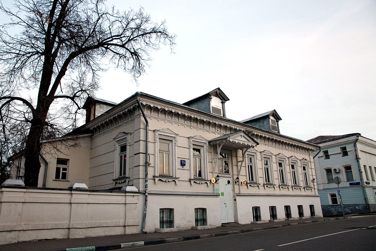 7/4 Goncharnaya Str. 19th-century wooden mansion. There is a popular bar, a restaurant and a concert place, so there is a chance to see it from the inside: have a drink, walk through the many different rooms, and observe central Moscow from the balcony.