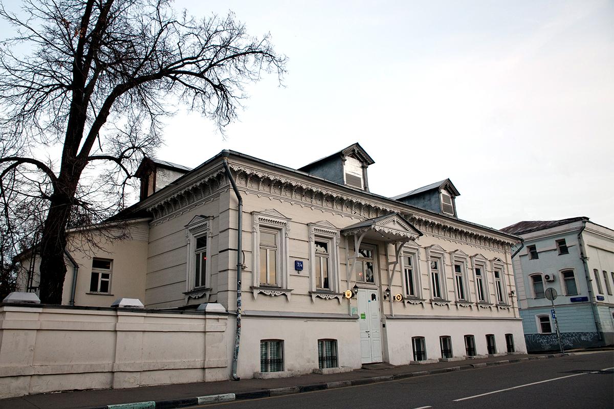 Jalan Goncharnaya No. 7/4. Rumah kayu dari abad ke-19. Ia kini menjadi bar, restoran, serta tempat konser yang terkenal, sehingga Anda berkesempatan melihat bagian dalamnya: minum, menjelajahi ruangan, serta mengobservasi pusat Moskow dari balkonnya.