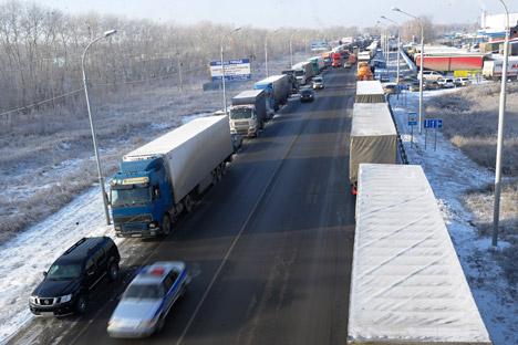 Im Gebiet Nowosibirsk gab es Staus von bis zu 15 Kilometern Länge, aus dem Gebiet Rostow wurde sogar ein 50 Kilometer langer Stau gemeldet.