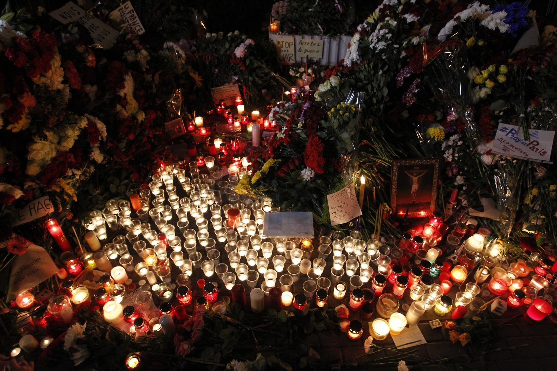 Русија. Москва. 14 ноември 2015. Положување цвеќиња и свеќи покрај амбасадата на Франција во спомен на загинатите во терористичките напади во Париз.
