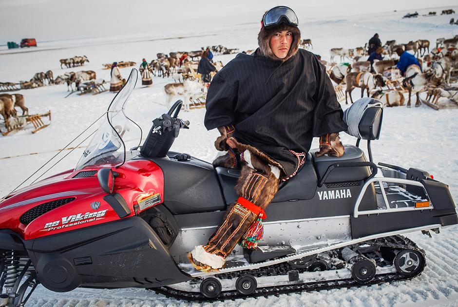 """""""Pemerintah memiliki program khusus untuk melestarikan aktivitas tradisional tersebut. Suku Nenet diberi tempat tinggal dan traktor salju. Dan ada perayaan besar, yaitu 'Hari Peternak Rusa' pada akhir Maret."""""""