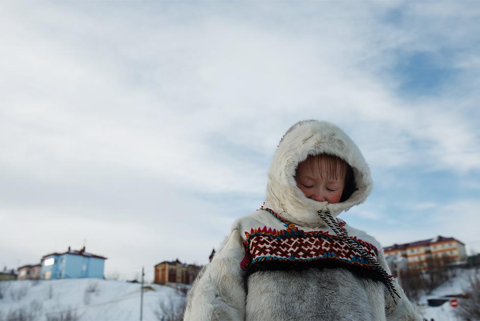 Nel dicembre del 1978 il termometro è arrivato a segnare 53 gradi sotto zero. Perché qualcuno dovrebbe decidere di vivere qui? Dal 1992 la popolazione locale è raddoppiata poiché sono arrivati diversi lavoratori impiegati negli stabilimenti del gas e nelle imprese edili. La pesca resta comunque l'attività principale per l'economia locale. Nel 2015 qui si contano 48.300 abitanti