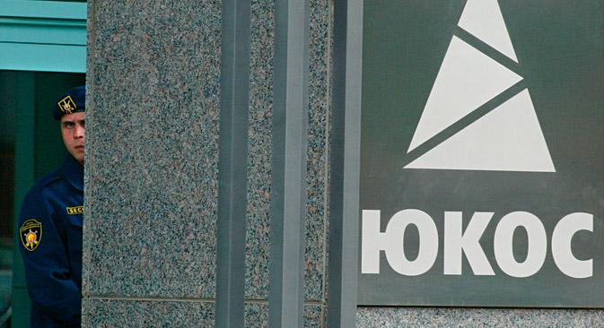Un ingresso dell'edificio della compagnia Yukos a Mosca.