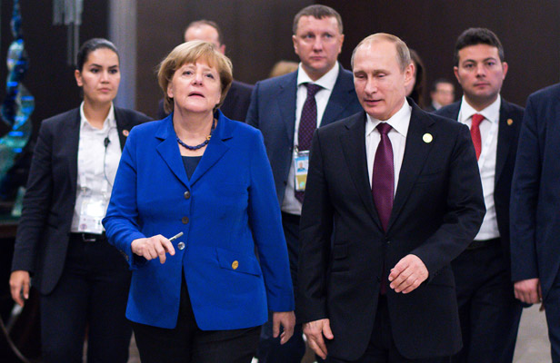 German Chancellor Angela Merkel (FRONT L) and Russian President Vladimir Putin (FRONT R) make their way to bipartisan talks within the scope of the G20 Summit in Belek, Turkey, 15 November 2015. The G20 group of nineteen industrial and emerging countries as well as the EU convenes under the chairmanship of Turkey on 15 and 16 October 2015. Foto: AFP/East News