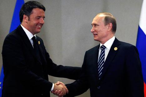 Il premier italiano Matteo Renzi, a sinistra, stringe la mano al Presidente russo Vladimir Putin.