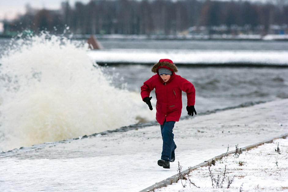 Onega lake   Мальчик во время сильных волн на Онежском озере в Петрозаводске.