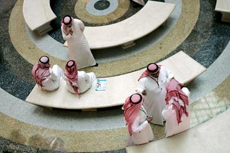 Para lelaki Saudi tampak sedang berbicara di sebuah hotel di Jeddah.