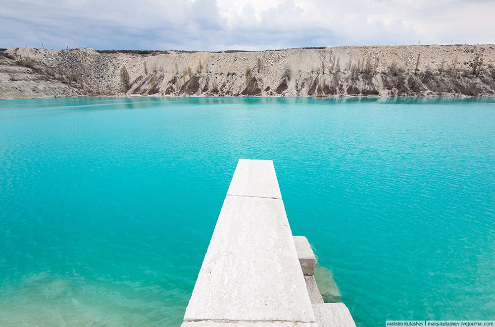 Marsovo jezero, kako ga naziva lokalna populacija, predstavlja neobično jezero s plavom vodom, koju osigurava visoka koncentracija vapnenca. Smješteno je nekoliko kilometara od Simferopolja, pored sela Skalistoje i otvorene jame Almiskij. Jezero je steklo veliku popularnost među lokalnom populacijom i turistima.