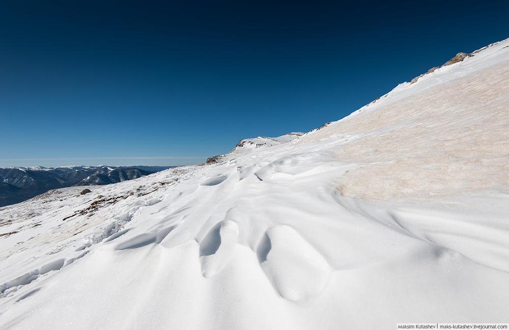U podnožju je toplo i sunčano. Vrhovi najviše visoravni su bijeli.