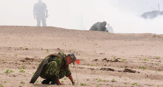 Seorang tentara membersihkan ranjau selama latihan bersama pasukan teknis Rusia, Ukraina, Belarus, dan Kazakhstan di kota Volzhsky, wilayah Volgograd.