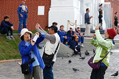 Странски туристи се фотографираат на Црвениот плоштад.
