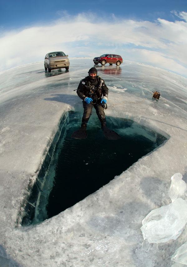 Il est moins dangereux de conduire sur la surface du lac avec un mètre de glace solide sous les pieds.